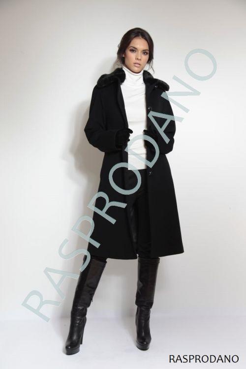 Klasičan crni kaput s krznom na kragni