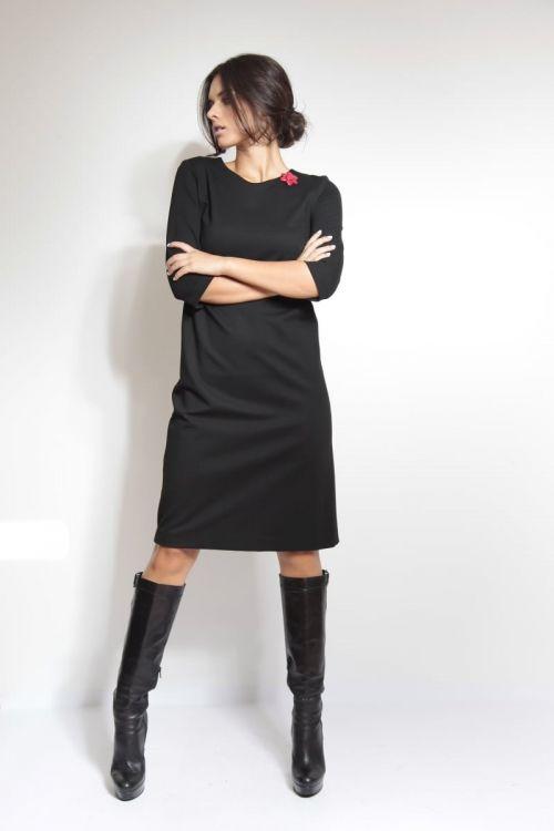 Jersey mala crna haljina s dekorativnim brošem