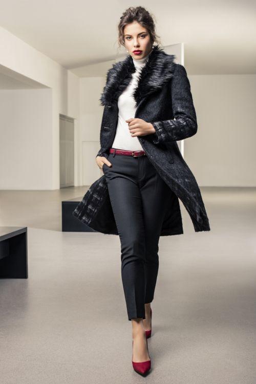 Atraktivan ženski kaput crni print s krznom