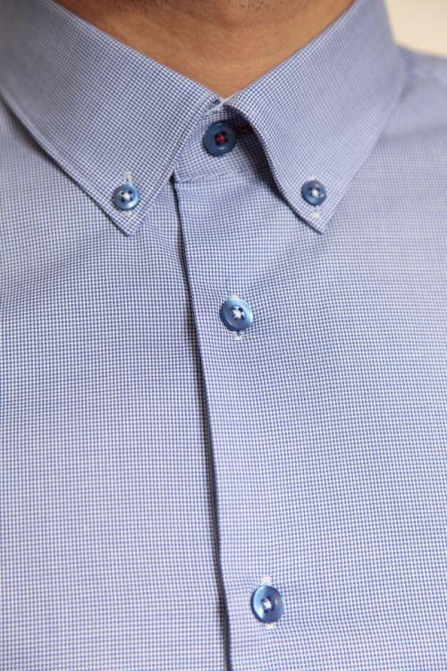 Svijetlo plava muška gingham košulja s kariranim uzorkom