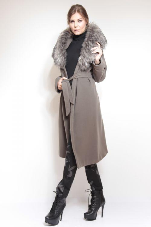 Atraktivan kaput s kašmirom i krznom na kapuljači