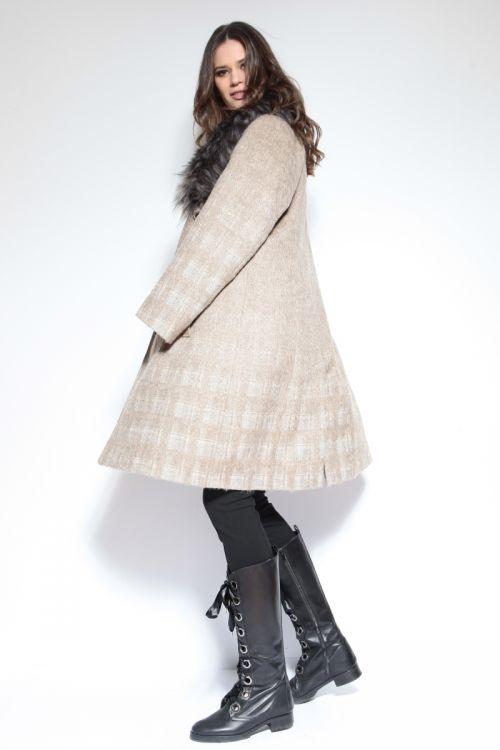 Atraktivan ženski kaput bež print s krznom