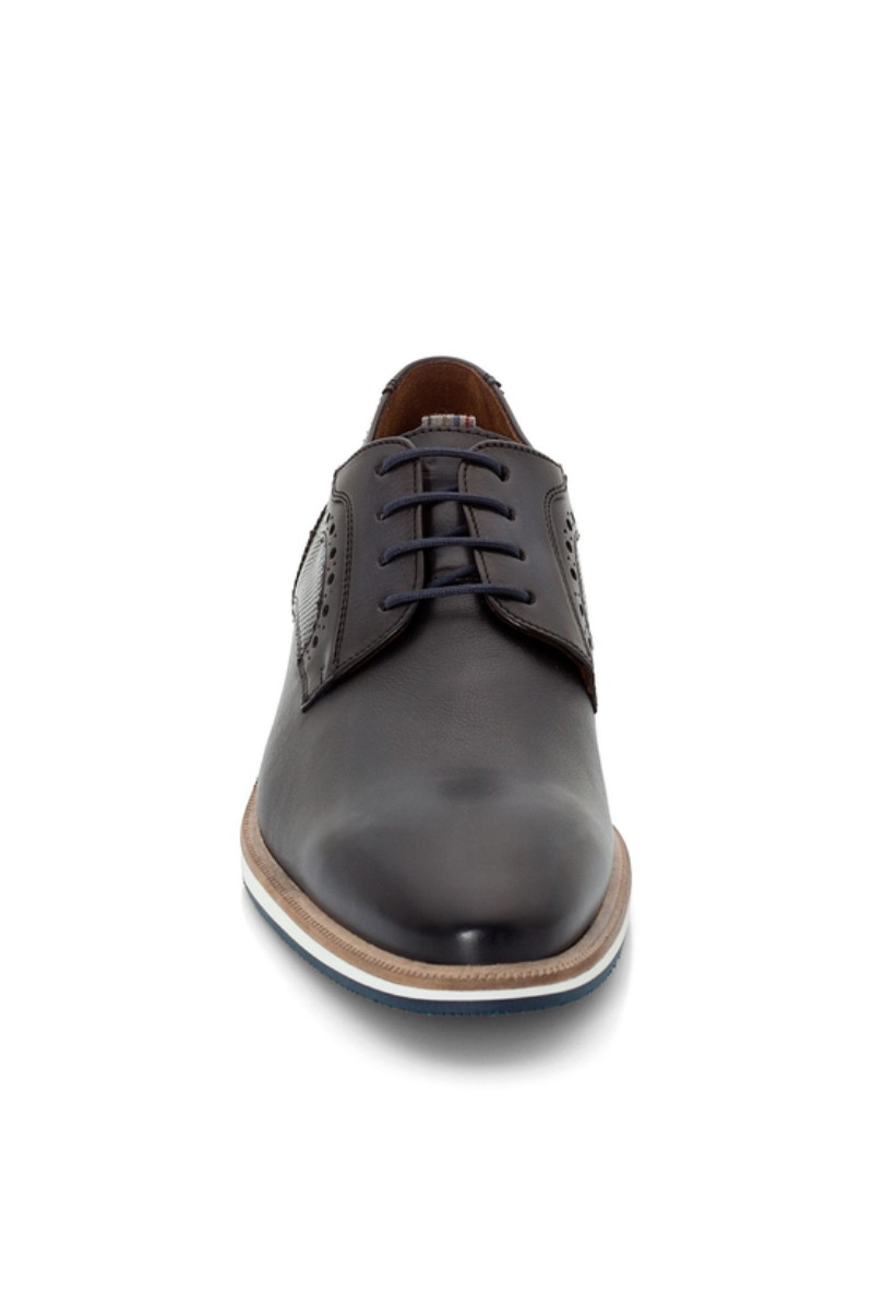 Cipele s gornjištem od meke i visoko kvalitetne kože smeđe boje. Imaju lagani i fleksibilni gumeni potplat. Decentni ornament daje im dozu elegancije no ove su cipele savršene i za poslovne i za casual varijante. U kombinaciji sa poslovnim komadima odlične su za poslovno okruženje.