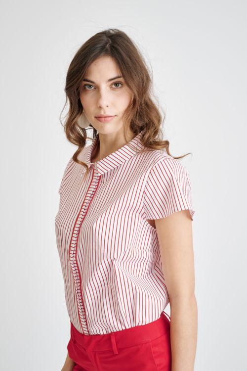 Ženska bluza na pruge sa skrivenim kopčanjem