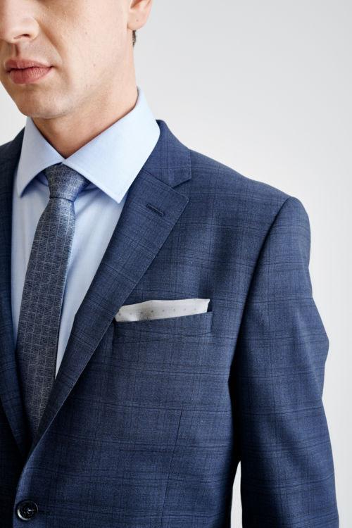 Plavo muško odijelo s decentnim kariranim dezenom