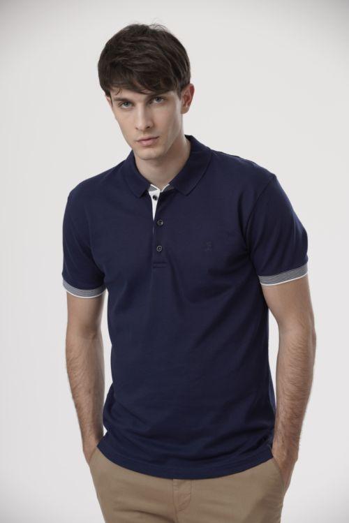 Tamno plava polo majica s prugastim detaljima