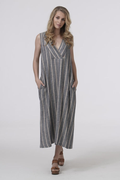 Ležerna duga haljina na pruge neutralnih boja