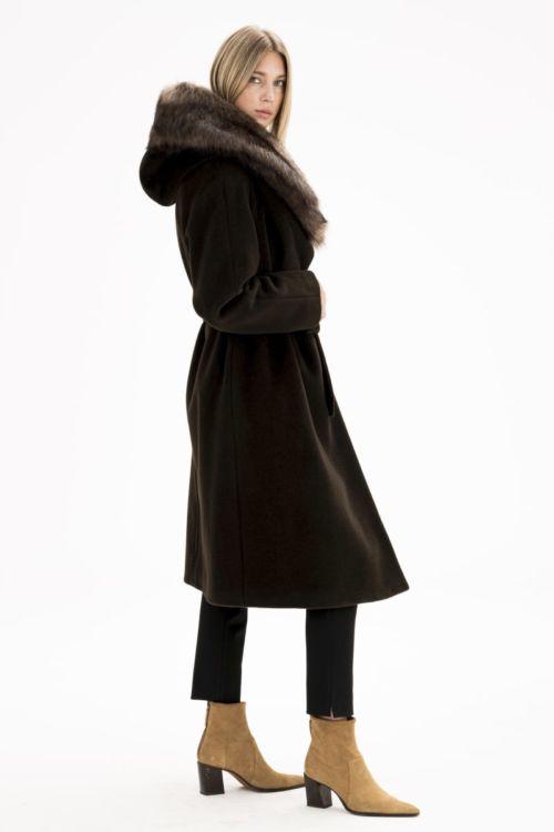 Ženski kaput boje čokolade s raskošnim krznom