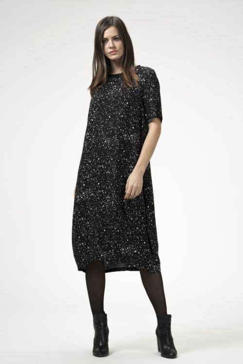 Crna haljina šireg kroja s uzorkom