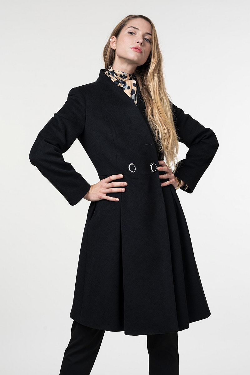 Varteks Women's coat with a seductive silhouette in black color