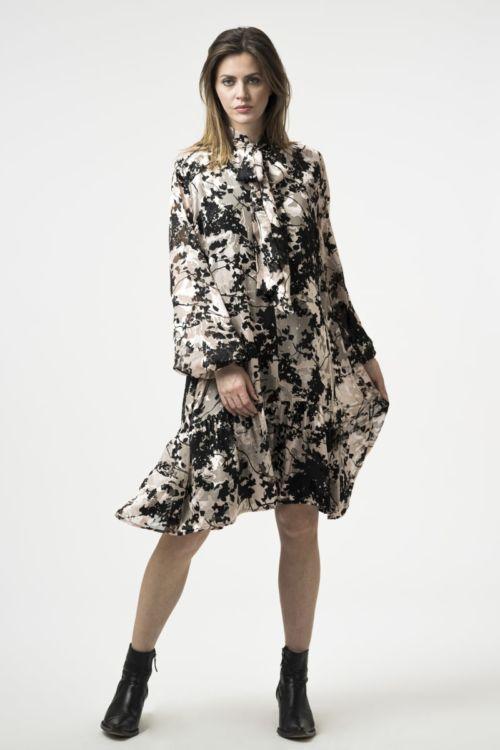 Ženska lepršava haljina s atraktivnim uzorkom