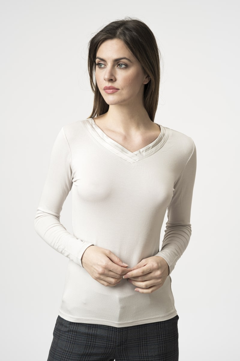 Women's long-sleeved T-shirt with a V-neck in two colors