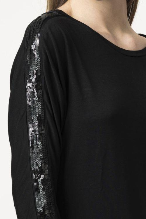 Ženska crna majica s efektnim detaljem na rukavu