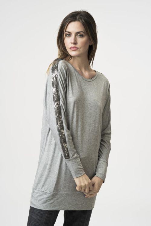 Siva majica ležernog kroja s efektnim detaljem