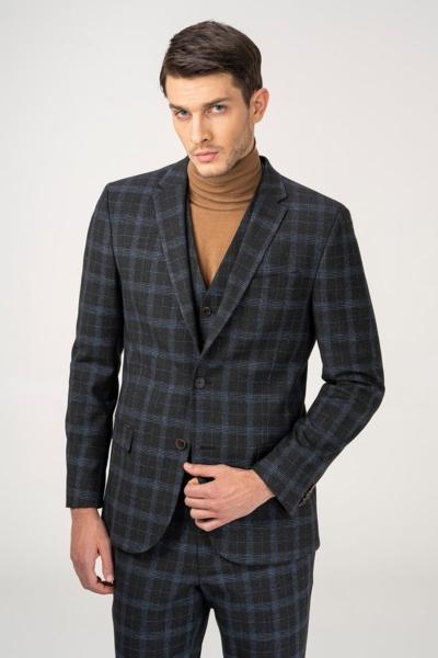 Muško moderno karirano odijelo s prslukom