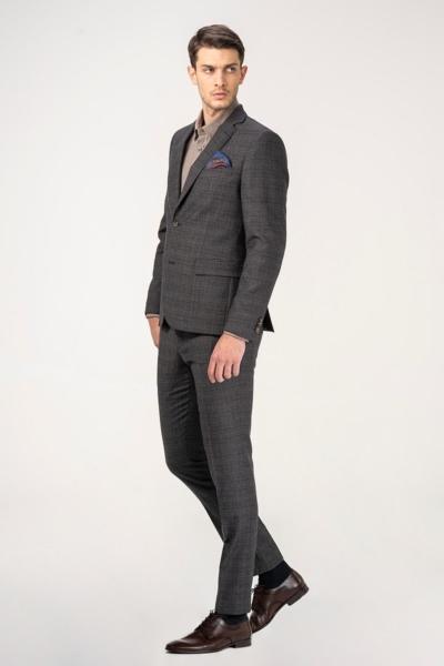 Muško odijelo s decentnim kariranim uzorkom