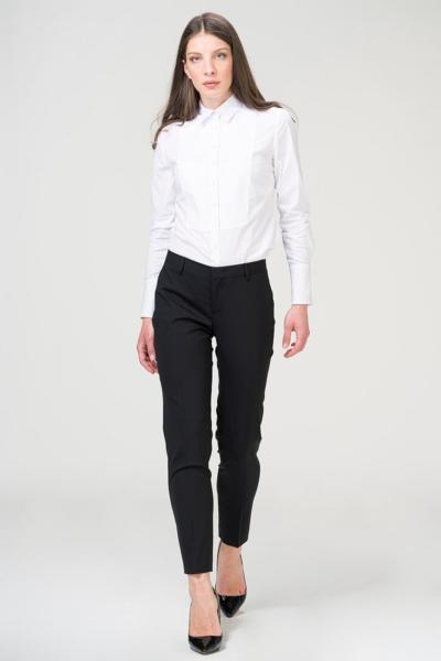 Poslovne crne ženske hlače na crtu, duljine 7/8 izrađene od kvalitetne tkanine talijanskog proizvođača Marzotto. Hlače su vrlo elegantne i prigodne za razne prilike. Dva prednja, bočna džepa i slit džepovi na stražnjici. Možete ih kombinirati uz jednobojne košulje ili za casual verziju uz majice. Dio je naše Capsule mini kolekcije koja omogućava međusobno kombiniranje bezvremenskih klasičnih komada u tkanini crne boje.
