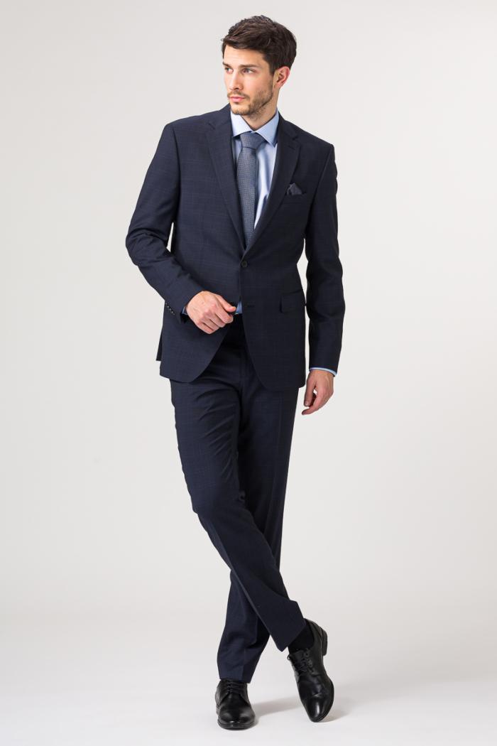 Tamno plavo muško odijelo decentne karirane strukture