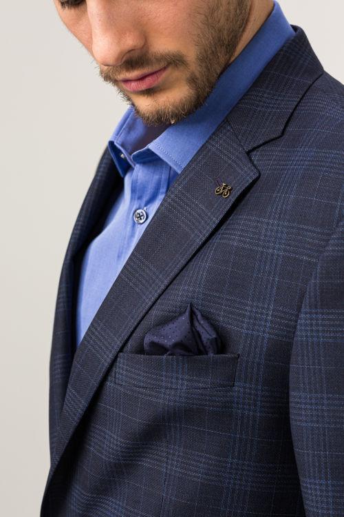 Muški tamno plavi karirani sako s ukrasnim pinom na reveru