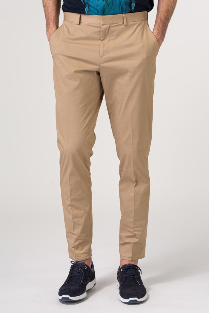 Chino hlače boje pijeska