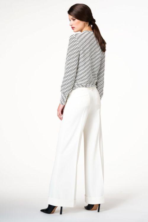 Bijele široke hlače na crtu