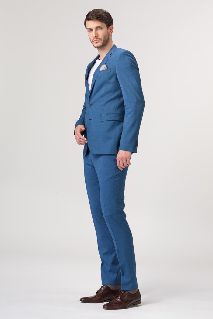 Moderno odijelo otvoreno plave boje