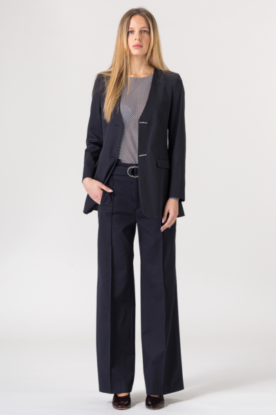 Tamno plave hlače širokog kroja