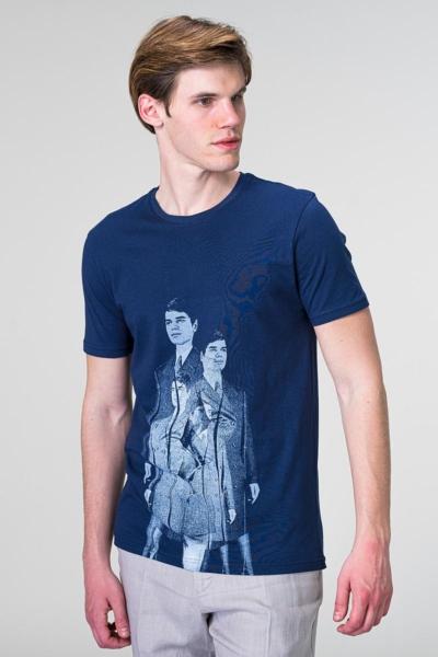 Tamno plava majica sa retro motivom