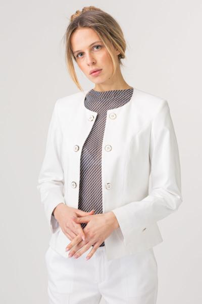 Bijeli sako bez kragne s ukrasnim gumbima