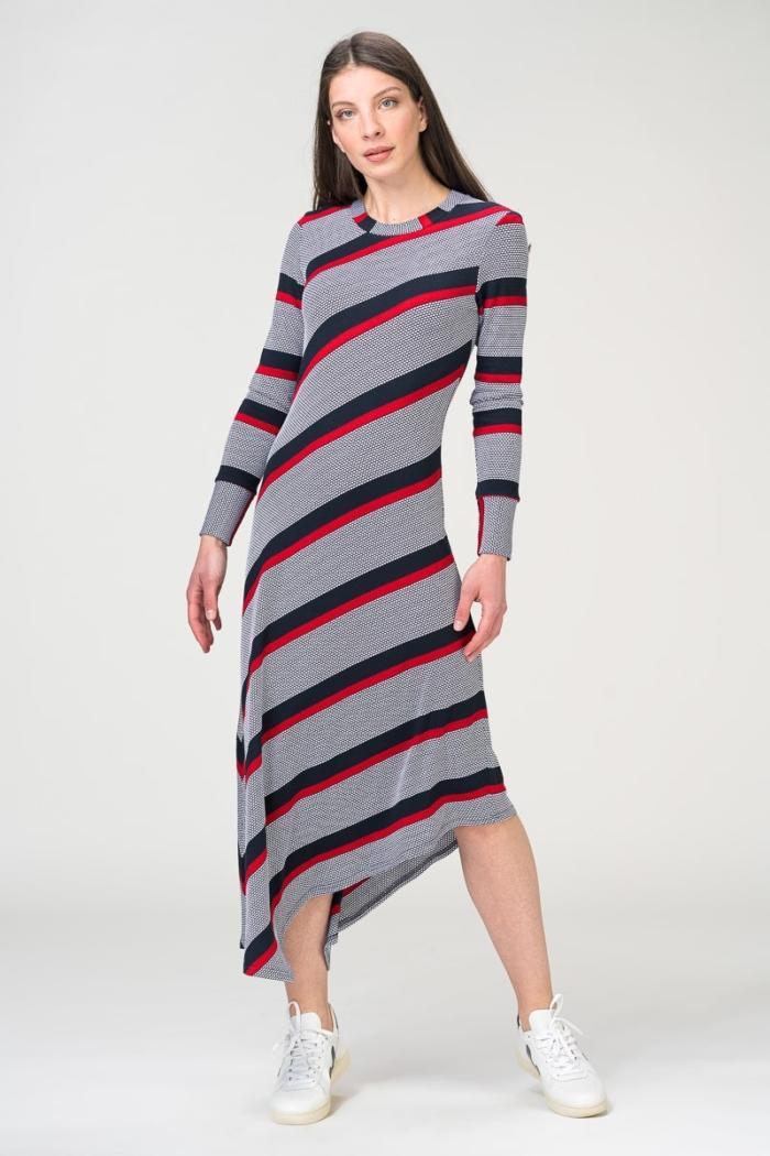 Atraktivna duga haljina s kosim prugama