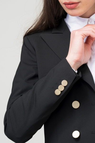 Elegantan crni ženski sako s dvorednim kopčanjem