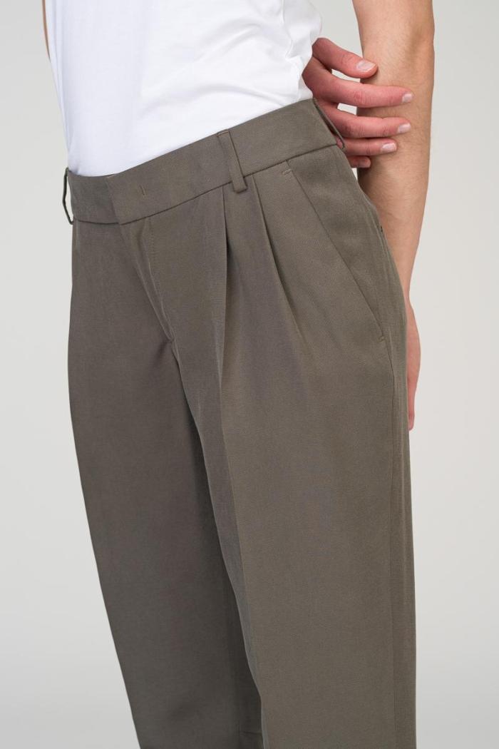 Ženstvene sivo zelene klasične hlače na crtu