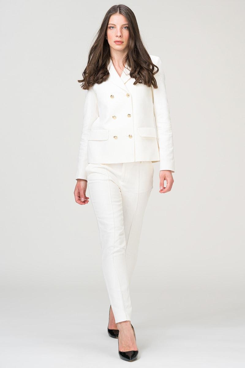 Bijelo žensko odijelo s zlatnim gumbima
