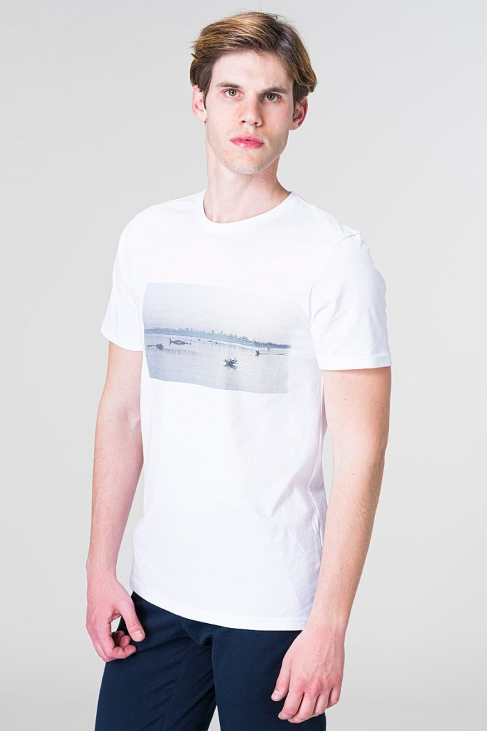 Bijela majica kratkih rukava s motivom rijeke