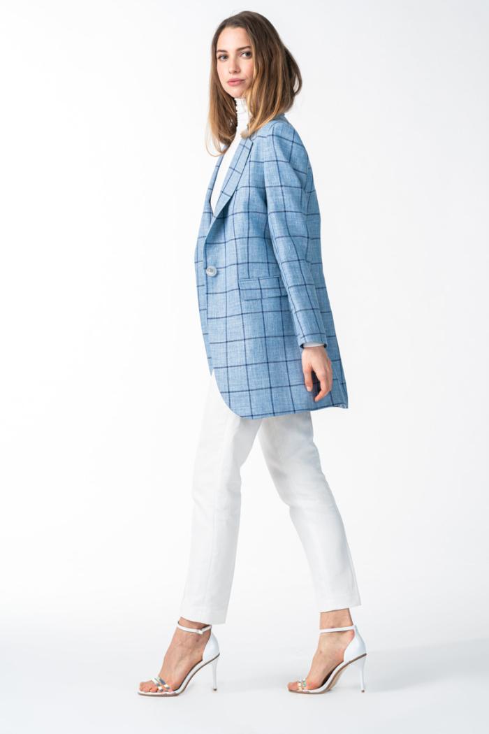 Svijetlo plavi karirani ženski sako